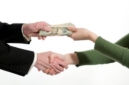 twee mense wat geld ruil ('n besigheidstransaksie)