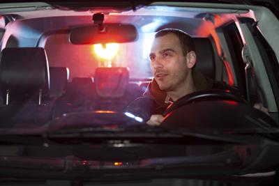 आदमी कानून तोड़ने के लिए पुलिस द्वारा रोक दिया गया