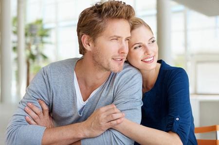 cuplu tânăr fericit