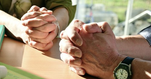 mains en prière
