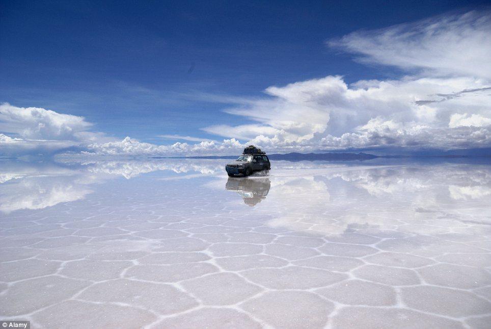 玻利维亚盐滩证明平坦的大地