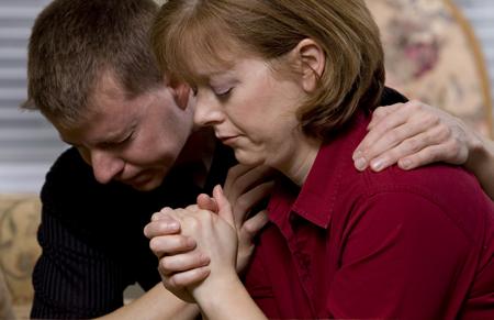 ein Paar betet gemeinsam