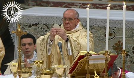 Papst Franzikus I. hält seinen Waffelgott in die Höhe