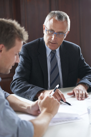 Mann erhält eine Rechtsberatung von einem Anwalt