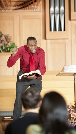 ein Pastor predigt vor seiner Kirchengemeinde