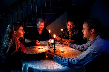séance de spiritisme – parler aux morts (parler aux démons)