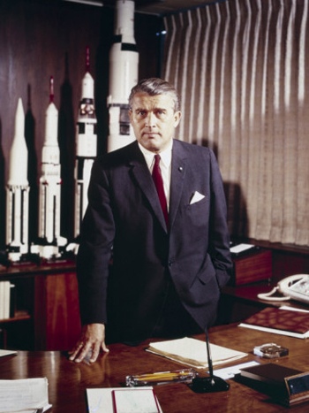 Wernher von Braun, im Mai 1964, mit Modellen der Saturnrakete, die den Wettlauf zum Mond für die USA deutlich voranbrachte