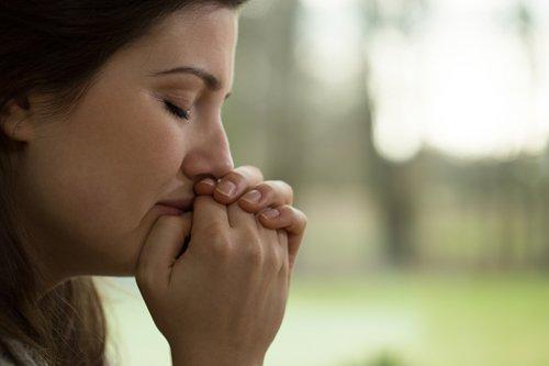 슬퍼하는 여자