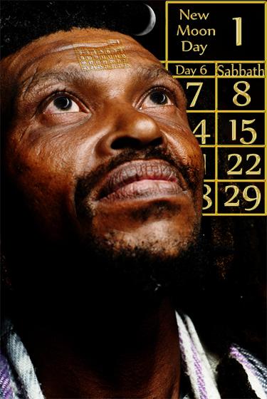 以聖經陰陽日曆為背景的男人向天空看