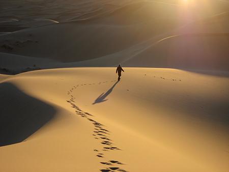 在沙漠中独自行走的男人