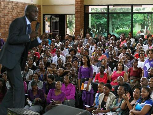 Kazatel před shromážděním