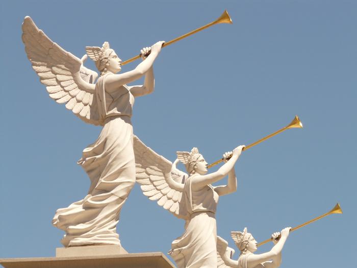 mga anghel na hinihipan ang mga trumpeta