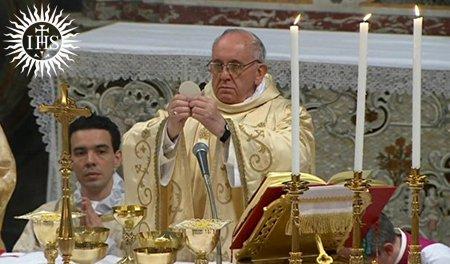 si Pope Francis na may hawak na ostiya