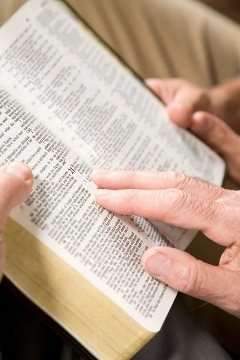 رجلان يقرآن الكتاب المقدس
