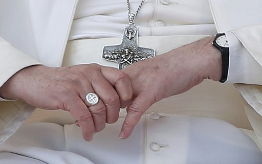 papežův prsten a kříž
