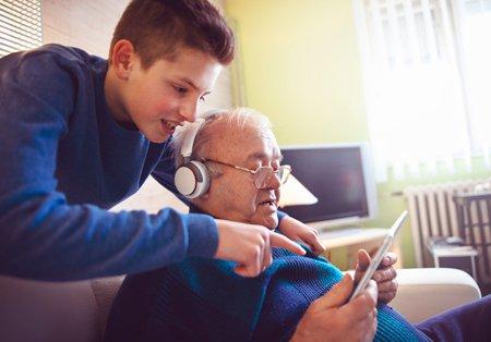chlapec pomáhá dědečkovi