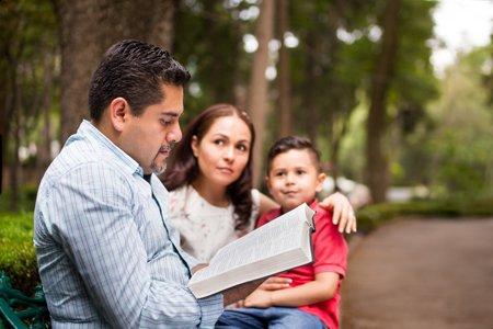 rodina studuje Bibli