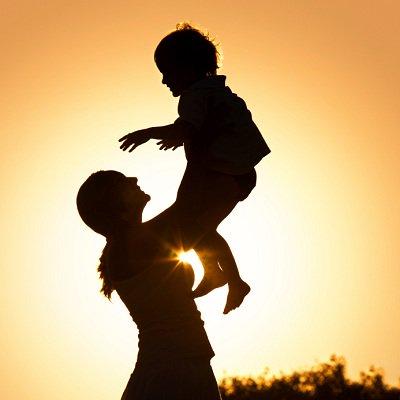 ظل امرأة ممسكة بطفلها
