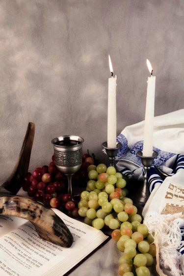 Fêtes bibliques du calendrier du Créateur, raison rouge et vert, calice, bougies, shofar, bible hébraïque, talit, tsitsit.