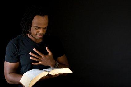 Jeune homme afro-américain lisant la Bible