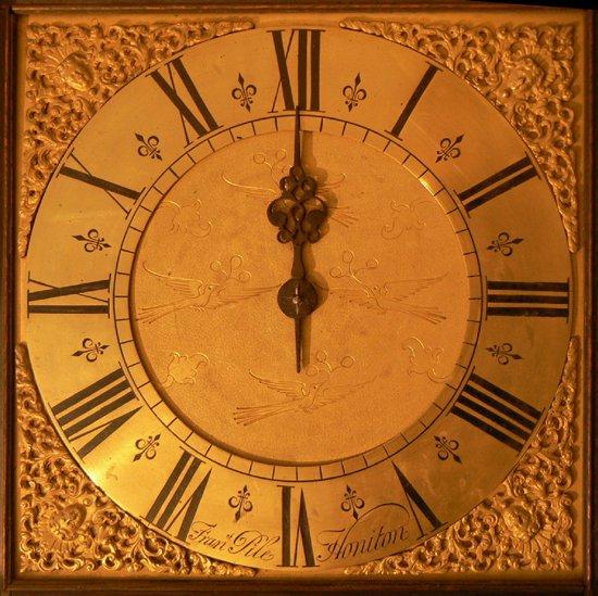 ساعة تظهر منتصف الليل