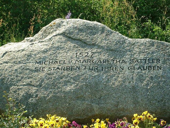 """يذكر النصب التذكاري لميخائيل ومارغريتا ساتلير ببساطة: """"لقد ماتا من أجل إيمانهما"""""""