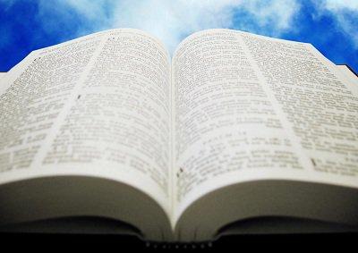الكتاب المقدس مفتوح