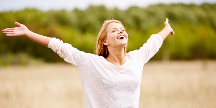 امرأة سعيدة تمشي وترنم