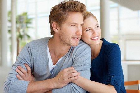 幸福的年轻夫妇