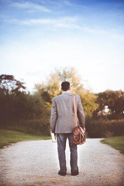 رجل يمشي على الطريق