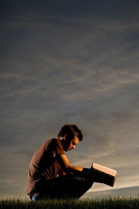رجل يدرس الكتاب المقدس