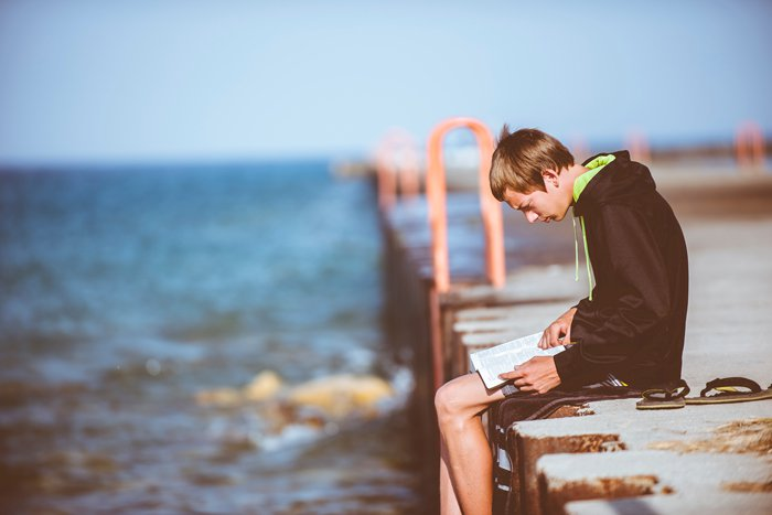 băiat citind Biblia