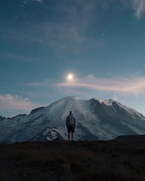 男人和月亮