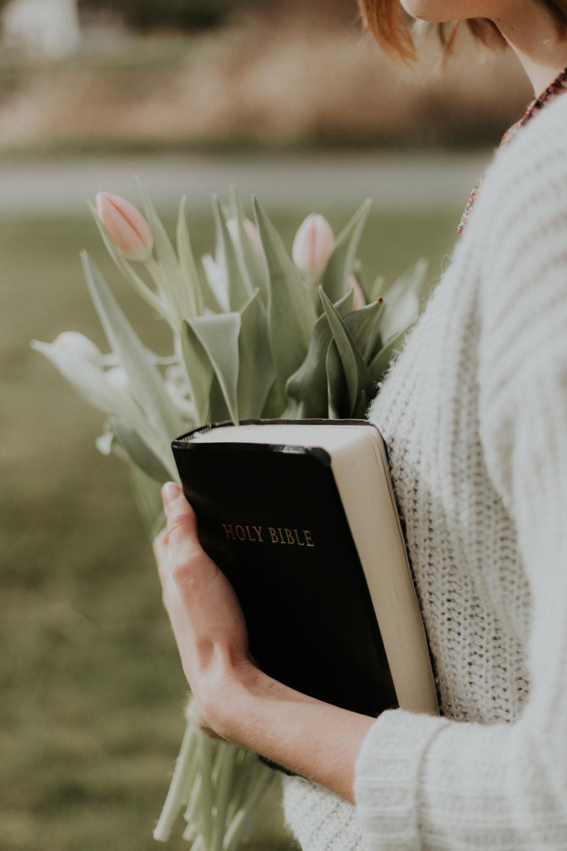 babae na may bibliya at tulipan