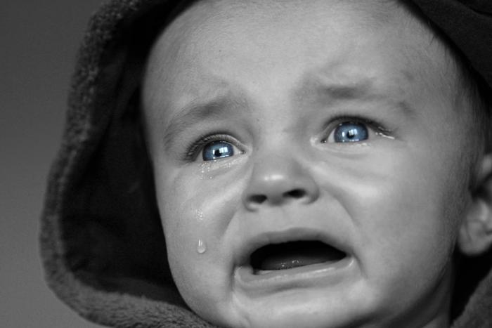 بكاء طفل أزرق العينين