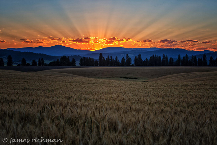غروب الشمس على أفق جبلية جميلة (استخدمت الصورة بإذن من جيمس ريتشمان)