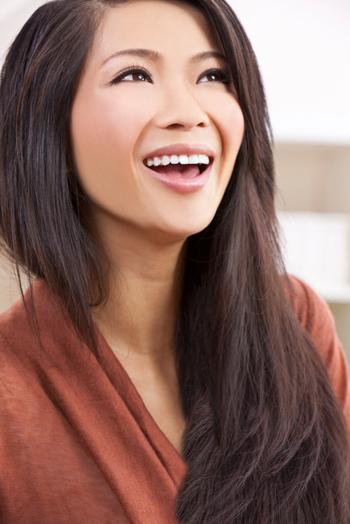 امرأة شابة مبتسمة