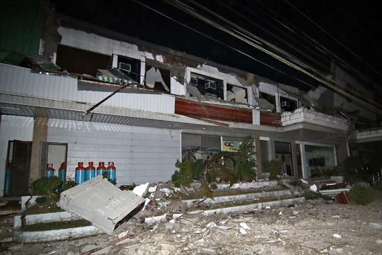 تحطم منزل فى اعقاب زلزال قوى فى الفلبين