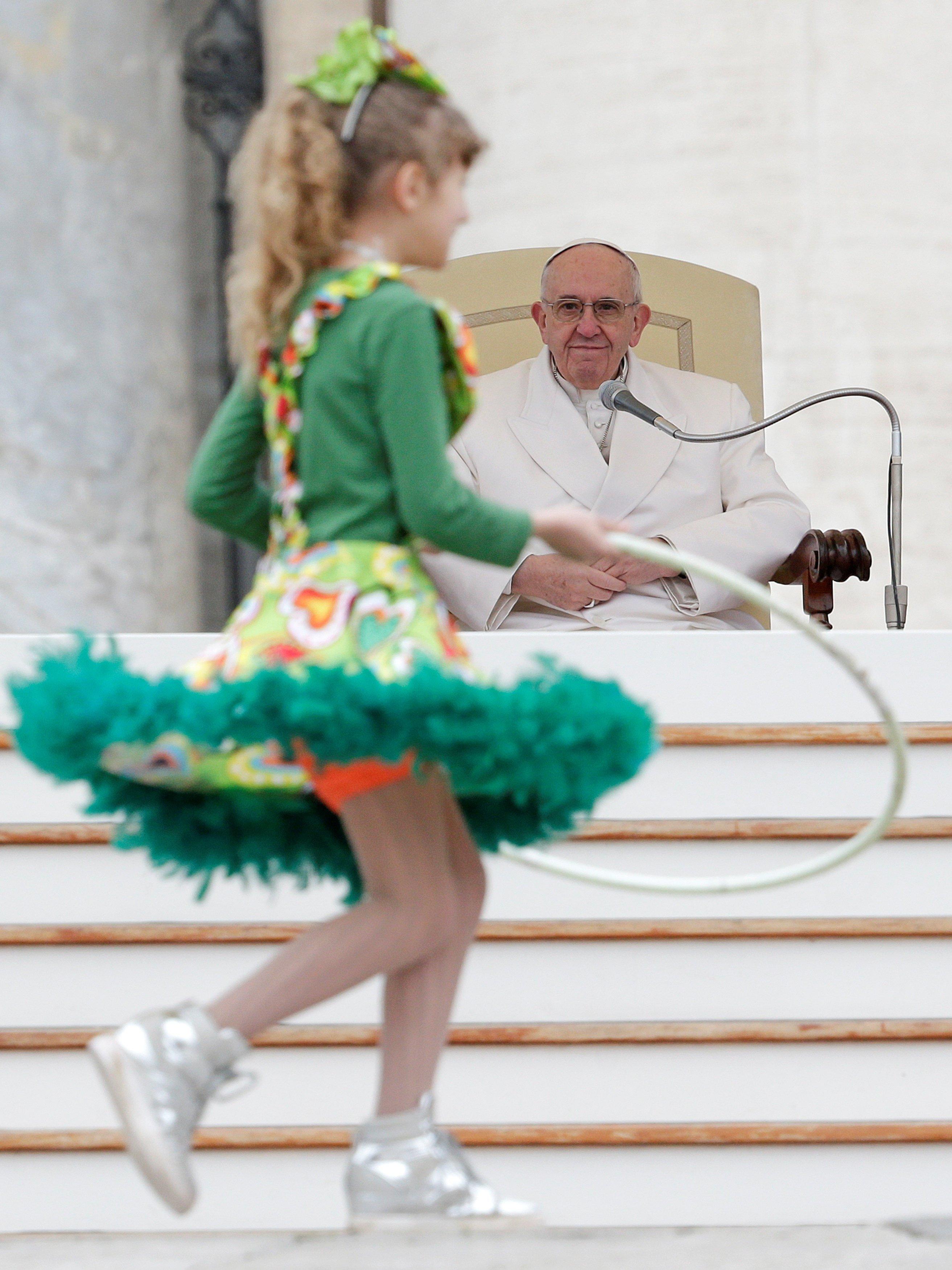 طفلة ترقص أمام بابا الفاتيكان - رويترز