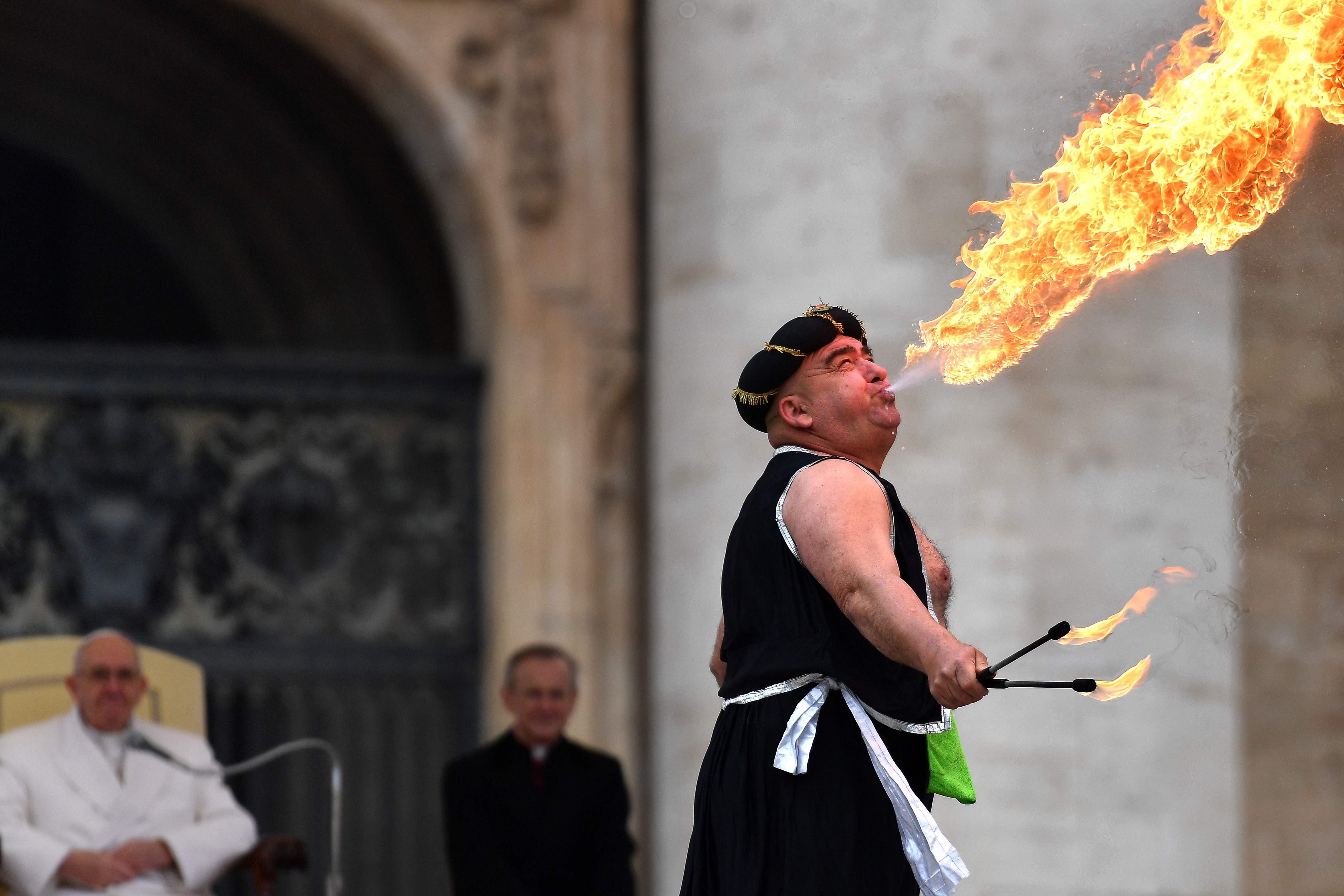 اللعب بالنار خلال لقاء بابا الفاتيكان - أ ف ب
