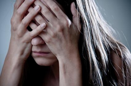 فتاة تغطي وجهها في يأس