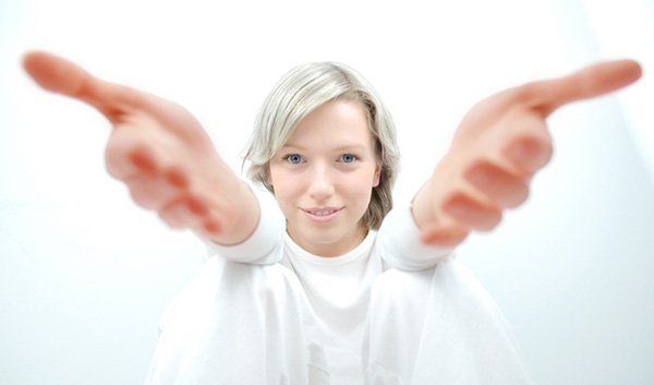 امرأة مبتسمة مرتدية لباسا أبيض