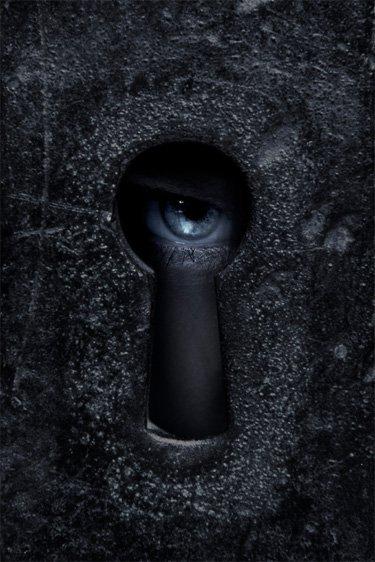 الشيطان مقيد (عين تنظر من ثقب مفتاح)