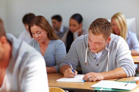 طلاب الجامعة يجرون اختبارا
