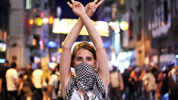 إحدى المتظاهرات المناهضات للحكومة التركية
